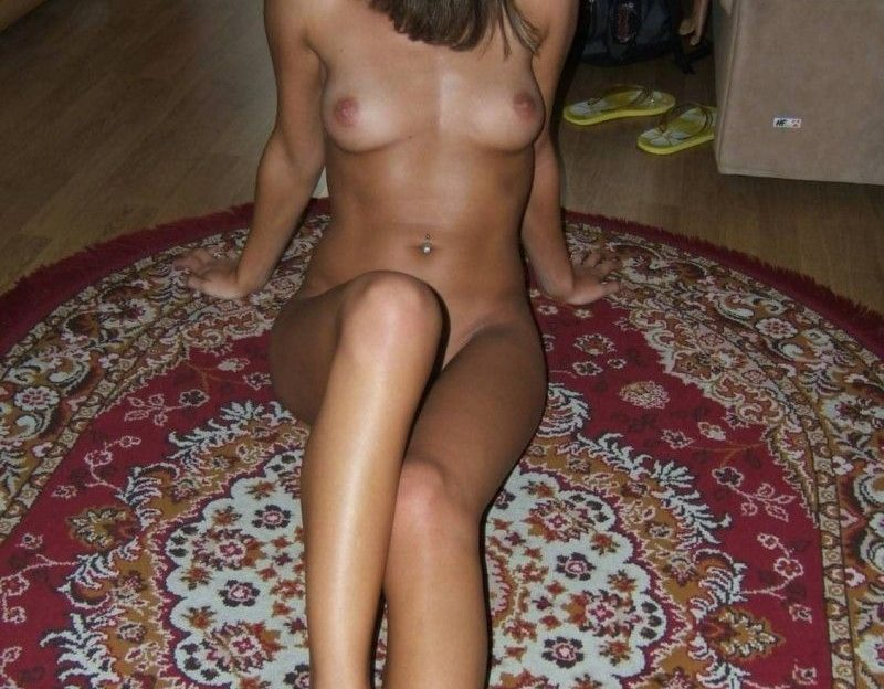 Das sexxyGirl ist noch etwas schüchtern auf ihrem ersten Nacktfoto