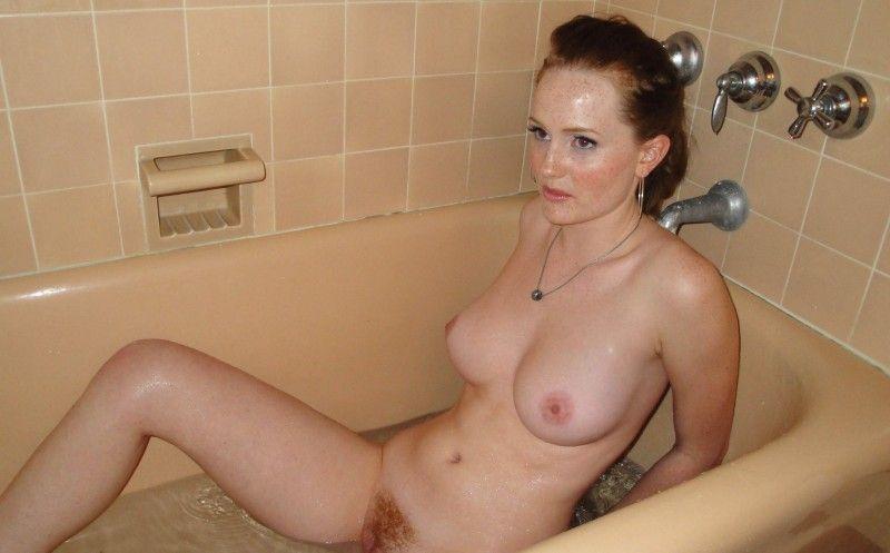Ihre nasse Pussy fingert das geile Teen Girl in der Wanne